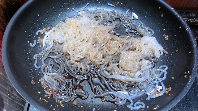 同じフライパンにしらたき、【しらたき用調味料】を入れ、しらたきにしっかり味が染み込むまで炒め煮にします。