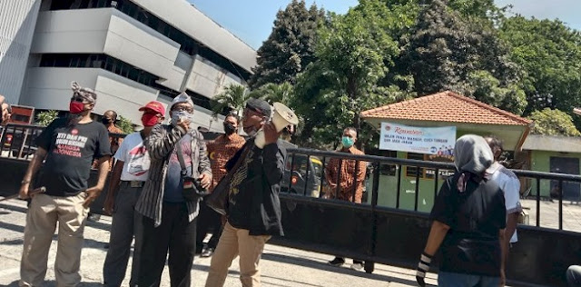 Tolak Silaturahmi Akbar KAMI Di Surabaya, Sejumlah Orang Blokade Gedung Juang