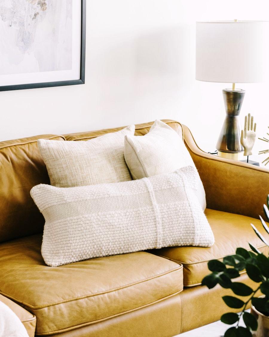 Niewielkie mieszkanie z klasą, wystrój wnętrz, wnętrza, urządzanie domu, dekoracje wnętrz, aranżacja wnętrz, inspiracje wnętrz,interior design , dom i wnętrze, aranżacja mieszkania, modne wnętrza, apartament, apartment, mieszkanie, złote dodatki, niebieskie dodatki, prostota, minimalizm, salon, kanapa, industrialny stolik, stolik kawowy, prostokątnystolik, living room, musztardowa kanapa, niebieski dywan