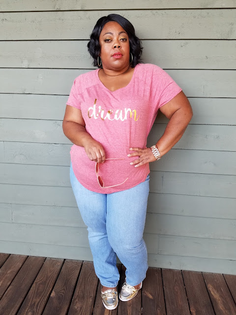 Blogger with curves and confidence