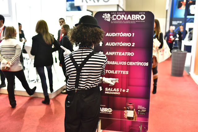 Atração mimico para interação entre os stands da exposição dentro do congresso Abro em São Paulo.