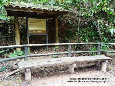 No fim, uma pequena praça com bancos serve para o usuário descansar, meditar e apreciar a natureza