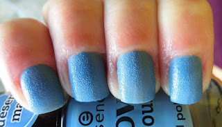 essence-love-and-sound-limited-edition-02-blue-chella-blue-texture-polish-swatch-picture