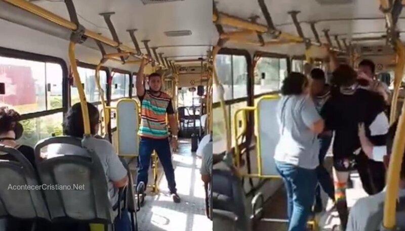 Hombre predicando el Evangelio en un bus