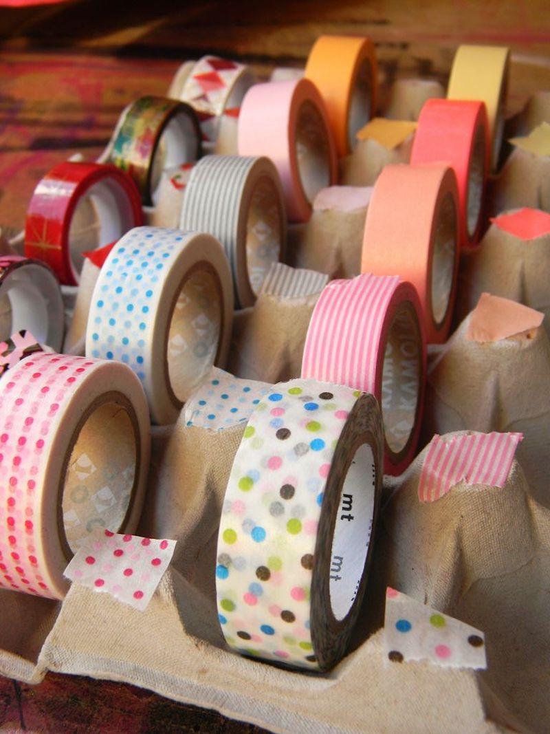 Caja de cartón de huevos usada para organizar celo o cintas decoradas, tipo washi tape.