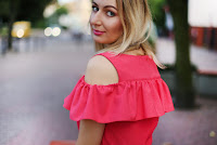 https://doganiammotyle.blogspot.com/2018/08/koralowa-sukienka-z-falbana.html#more