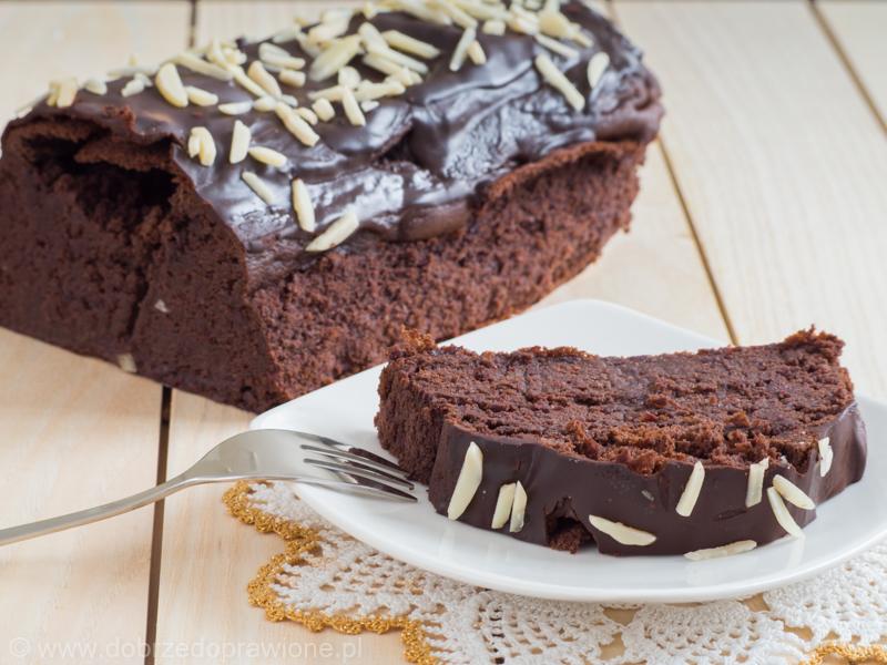 brownie z czerownej fasoli na białym talerzyku