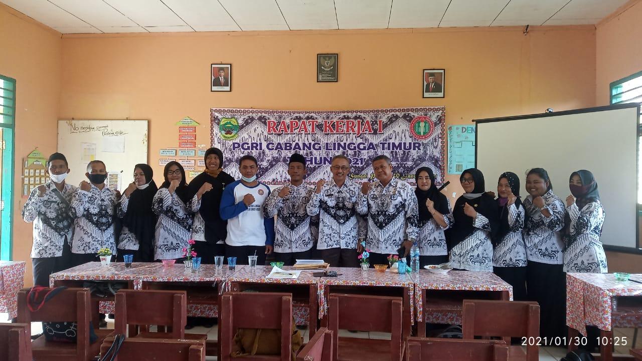 Camat Lingga Membuka Rapat Kerja Tahunan Pengurus Cabang PGRI Kecamatan Lingga Timur