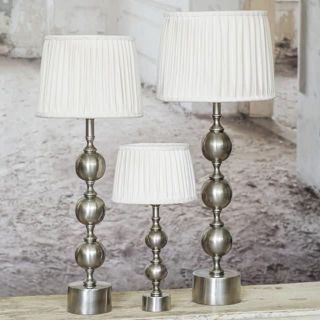 Lampfot Charlotta från Hallbergs i antik silver med lampsksärm i vit sammet.