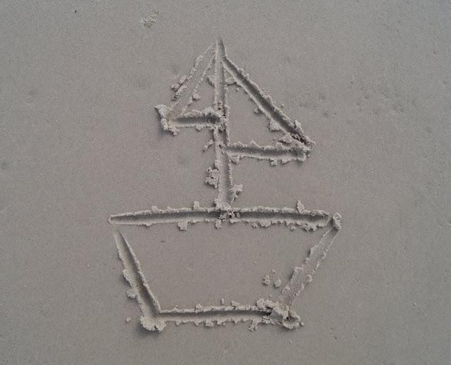 Drei einfache Strandspiele, für die Ihr nichts als Eure Hände braucht: Sandbilder erraten, Steine und Muscheln können bei der Verzierung helfen.