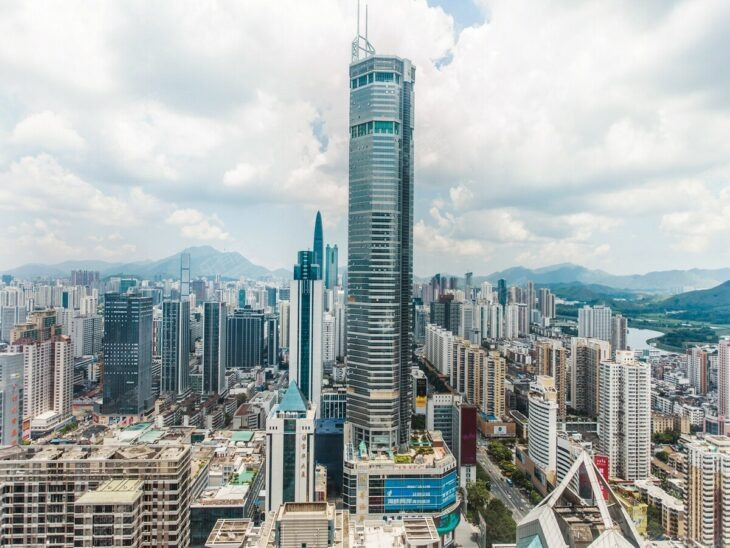 Enorme rascacielos en China se tambalea y obliga a la gente a evacuar la zona