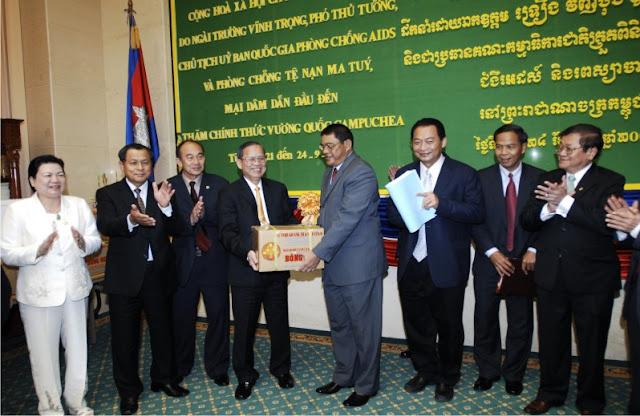 Chính Phủ Việt Nam tặng Thuốc Bông Sen cho Chính phủ Campuchia