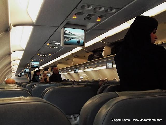 Dentro do avião da Saudia Airlines e as comissárias com véu
