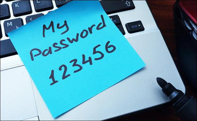 كلمة المرور الخاصة بي 123456 مكتوبة على مذكرة بعد ذلك وتمسكها بجهاز الكمبيوتر.