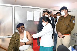 पुलिस अधिकारी, कर्मचारियों ने कोरोना वैक्सीनेशन के दूसरे चरण में कोरोना वैक्सीन का टीका लगवाया