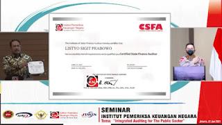 Usai memberikan orasi ilmiah, Sigit memperoleh Sertifikat CSFA oleh Rektor IPKN