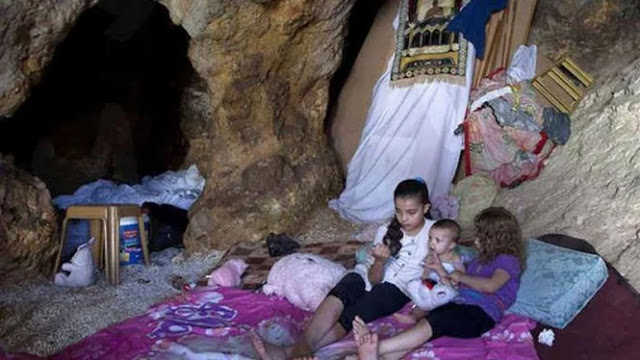 Benar-benar Keji! Rumah Dirampas Israel, Muslim Palestina Huni Goa Sarang Kalajengking