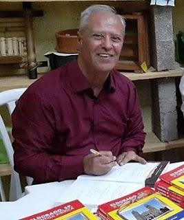 Miguel França de Mattos autografando seu livro.