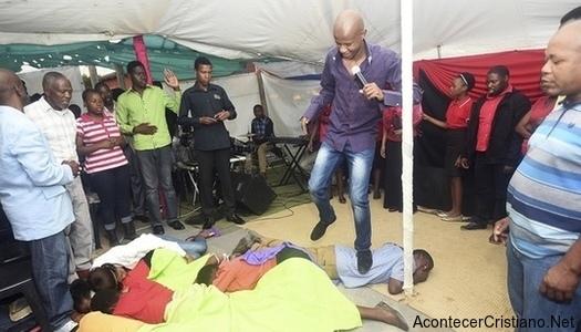 Pastor salta encima de miembros de iglesia