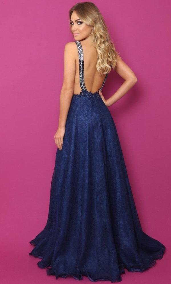 vestido de festa longo azul  marinho rendado com saia fluida e decote nas costas