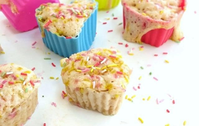 magdalenas cupcakes con fideos de colores