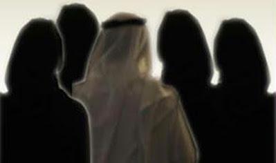 صورة لرجل عربي مع أربع نساء والواضح أنهن زوجاته الأربعة المتحجبات و كلهم يعطون ظهرهم للصورة