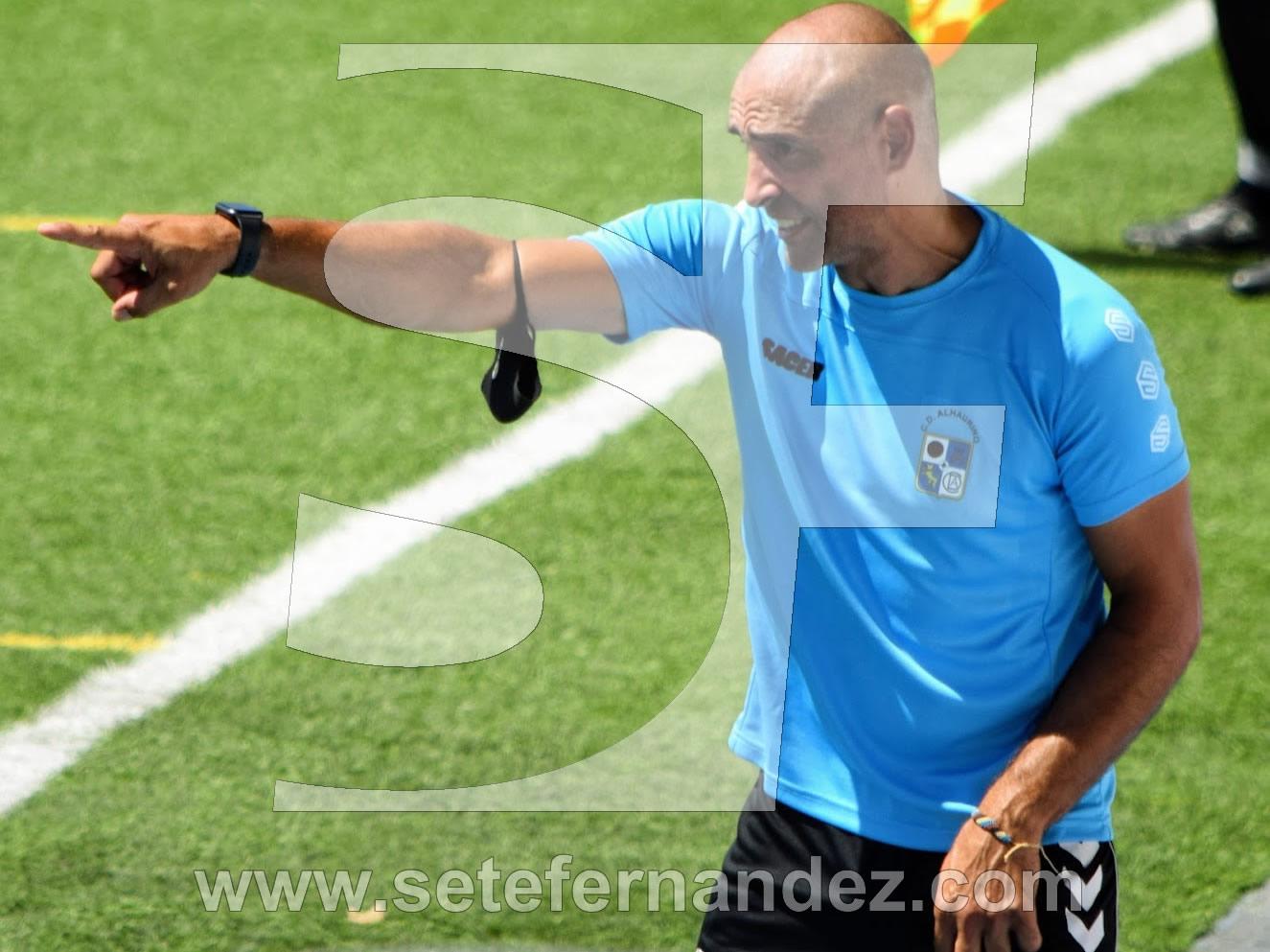 Jesule, entrenador del CD Alhaurino haciendo indicaciones
