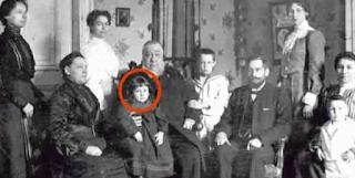 Οι γονείς της κοιτάζουν την παλιά φωτογραφία και παγώνουν