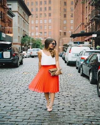 Outfits de primavera falda midi plisada naranja