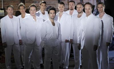 Foto de The Ten Tenors vestidos de blanco