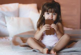 طفلة تتناول الشوكولاته