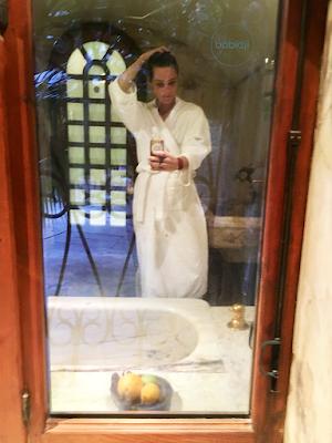 babidji qui se prend en selfie dans un miroir d'une salle de soin des thermes de molitgs les bains