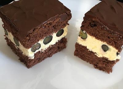 Ciasto czekoladowe z borówkami, kremem i czekoladą