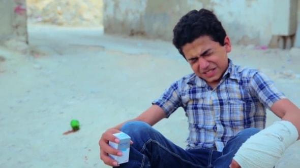 لقطات للمونتاج - طفل يتألم، طفل مجروح