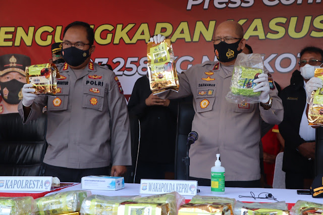 Lima Anggota Sindikat Internasional Peredaran Gelap Narkotika dan 107,258 Kilogram Sabu Diamankan Polisi dan Bea dan Cukai Kepri