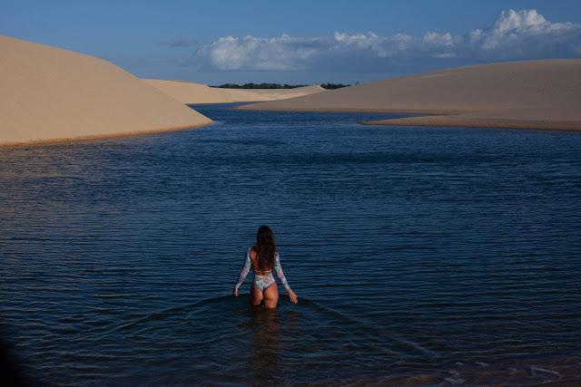 Dù lượng nước mưa dồi dào, nơi đây hầu như là không có thảm thực vật. Đến đây, bạn sẽ bị cuốn hút bởi hàng nghìn hồ nước xanh trong với nhiều kích thước từ lớn đến bé xếp cạnh nhau, nổi bật giữa màu cát trắng của sa mạc.