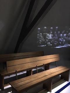 bancos do julgamento no Tribunal de Nuremberg