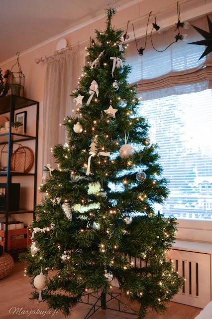 joulukuusi muovikuusi tekokuusi olohuone joulukoti sisustus koristeet kirppis roskalava