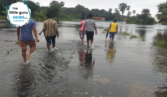 बाढ़ के कारण प्रखण्ड से टूटा मठिया गांव का सम्पर्क, सड़कें हुईं जलमग्न, इलाज के अभाव में तड़प रहे मरीज़