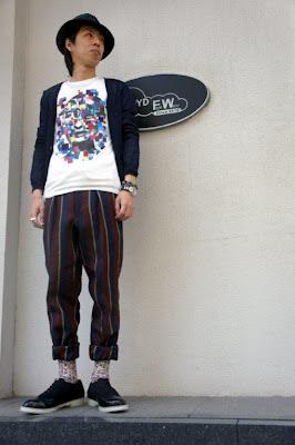 JOHN LAWRENCE SULLIVAN(ジョンローレンスサリバン)のリネンカーディガン,Tシャツ,リネンストライプパンツとNIT(ニト)の靴を着用した写真