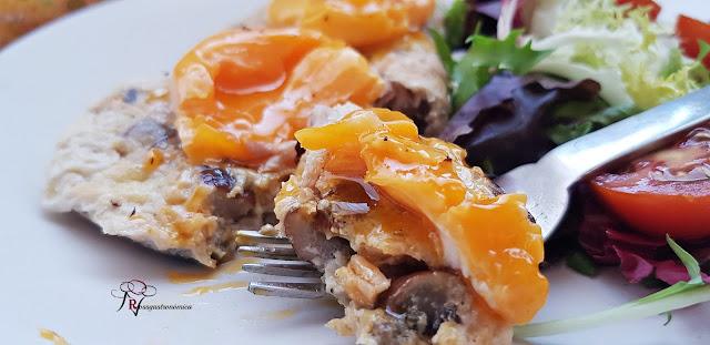 Tortilla de claras, atún y champiñón con yema al vapor