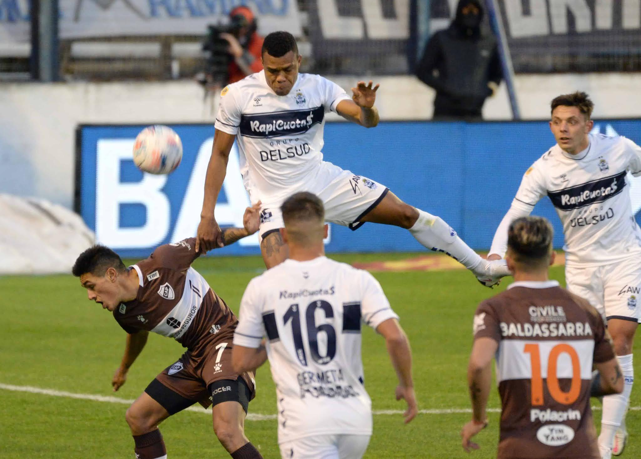 Gimnasia reaccionó y rescató un empate en el Bosque ante Platense