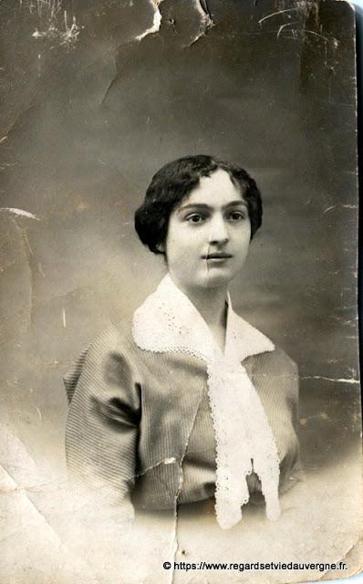 Portraits de femmes, noir et blanc.#France #Auvergne #vintagephotography #blackandwhite #photography #photodefamille #vintagefashion #blackandwhitephoto #snapshot #rétro