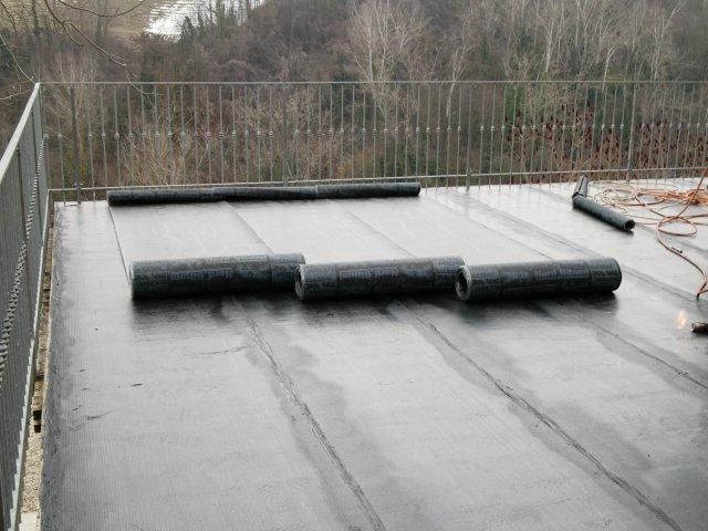 Stesa di guaina bituminosa su terrazzo