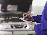 mehanik-v-garazhe-zapisyvaet-neispravnosti-avtomobilya