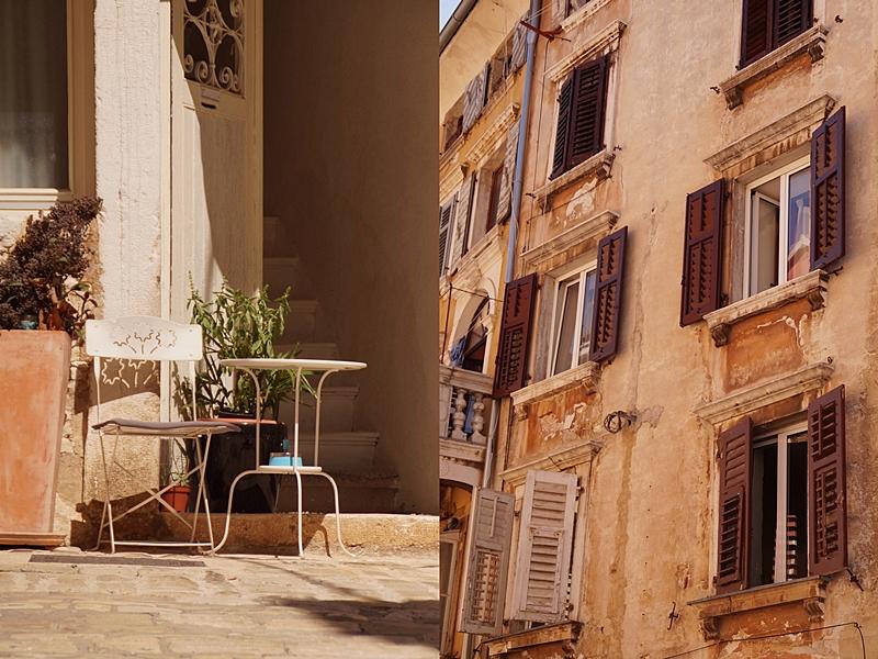 Bezaubernde Gassen und Fassaden in der Altstadt von Rovinj, Kroatien, im Sommer