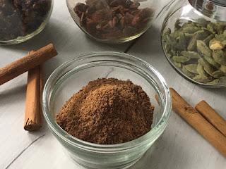 Przyprawa do piernika z kardamonem, cynamonem i goździkami