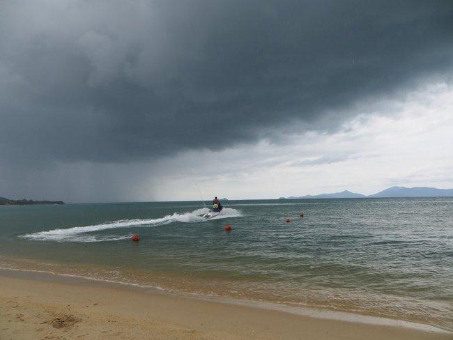 Гидроцикл отплывает от берега