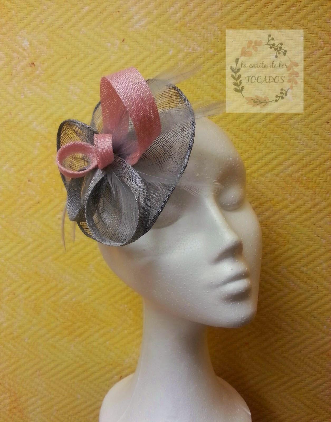 tocado para boda en colores plata y rosa bebe con adornos de sinamay y plumas