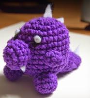 http://translate.googleusercontent.com/translate_c?depth=1&hl=es&rurl=translate.google.es&sl=en&tl=es&u=http://neverabarewrist.blogspot.com.es/2014/06/little-purple-dinosaur-amigurumi.html&usg=ALkJrhjtawrwbCr0IqJN6I7cNTU9WVz1ag